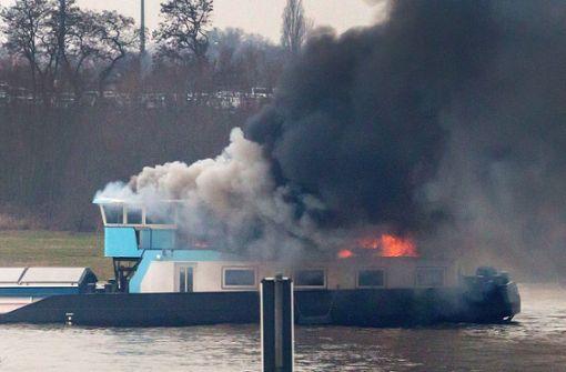 Kohle-Frachter gerät auf dem Rhein in Brand
