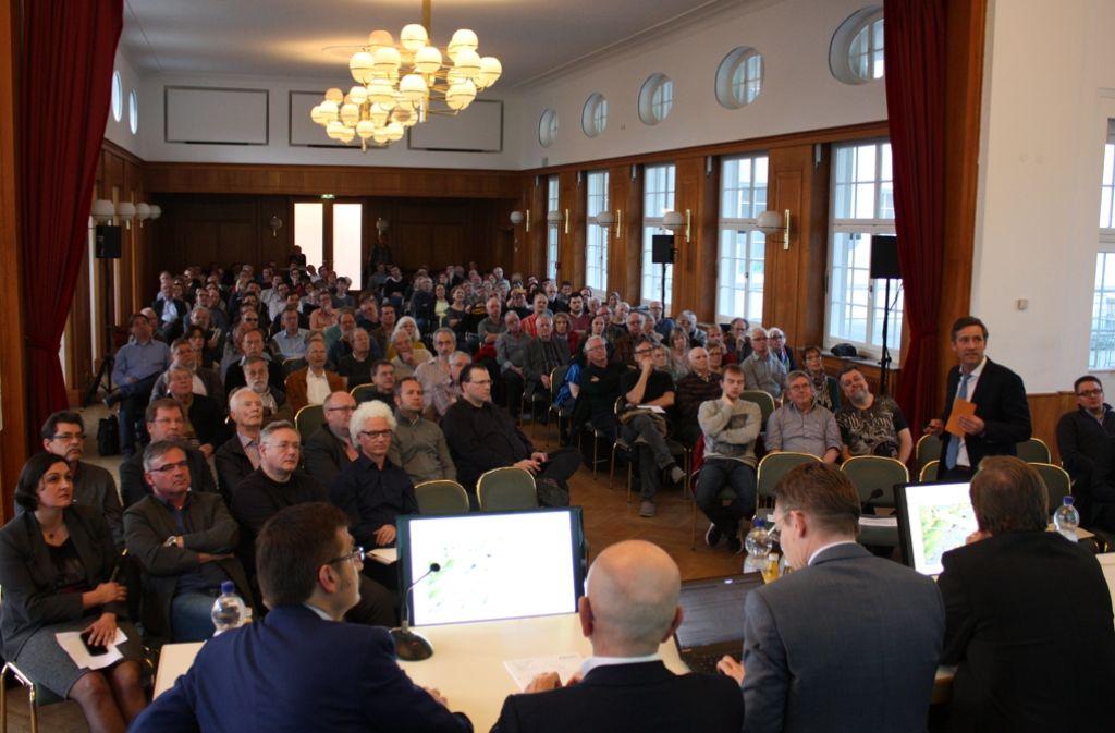 Die Infoveranstaltung zur Neckarbrücke zog viele Interessierte in den Kleinen Kursaal. Foto: Rebecca Stahlberg