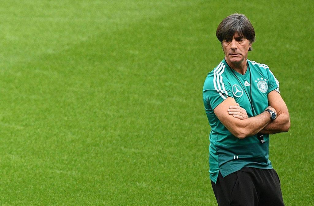Bundestrainer Joachim Löw denkt trotz schwieriger Lage nicht ans Hinschmeißen. Foto: AFP