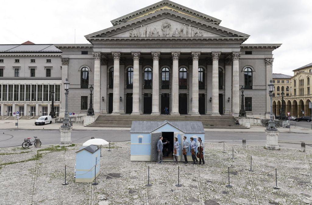 """Für sein Stück """"Tonhalle"""" stellte Ruedi Häusermann in München ein Miniaturhäuschen vor die Staatsoper. Foto: Smailovic/Biennale"""