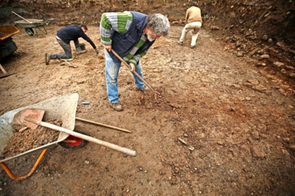 Mühsam kratzen die Mitarbeiter die antiken Zeugnisse frei. Foto: Gottfried Stoppel