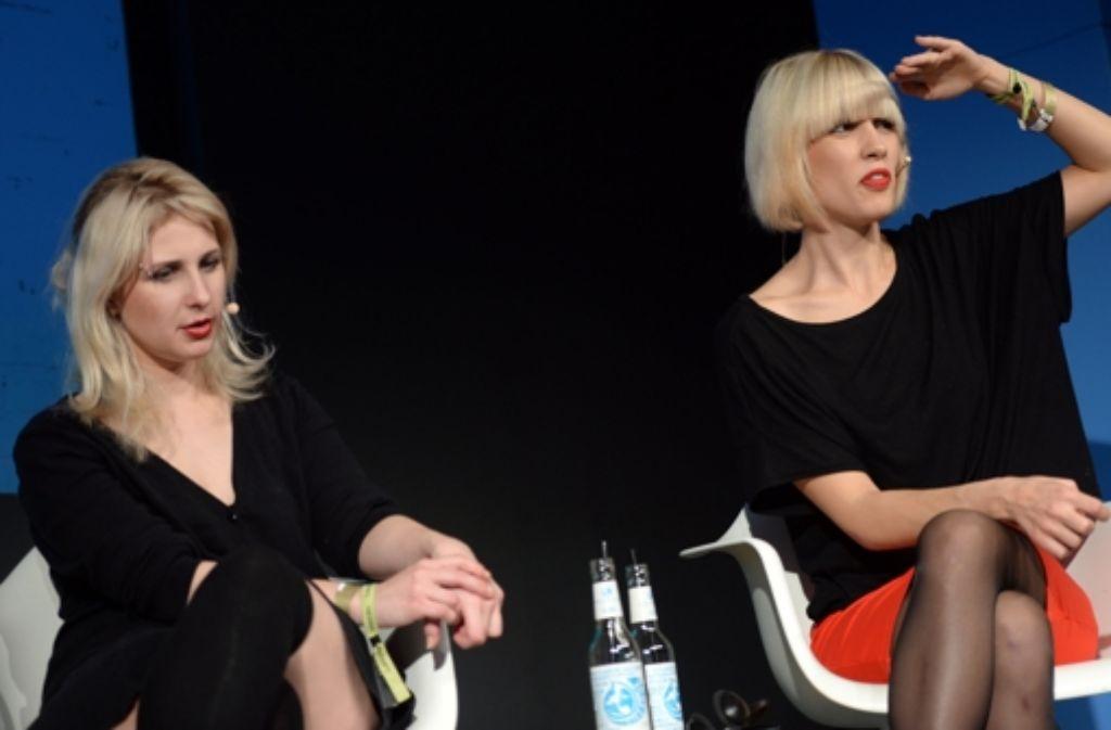 Nadeschda Tolokonnikowa (rechts) und Marija Aljochina  von der Aktivistengruppe Pussy Riot berichten auf der Media Convention in Berlin über Presse- und Meinungsfreiheit in Russland. Foto: dpa