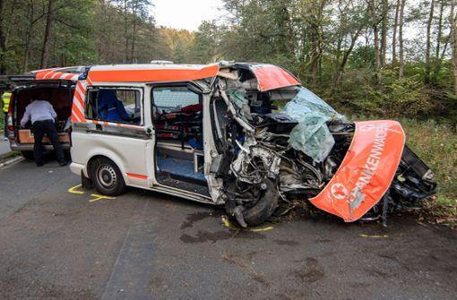Patient stirbt bei schwerem Unfall mit Krankenwagen