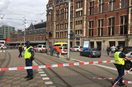 Angreifer verletzt zwei Menschen mit Messer