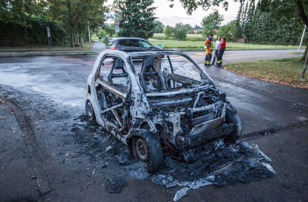 Von dem Smart ist nach dem Brand nur noch ein Gerippe übrig. Foto: 7aktuell.de/Simon Adomat