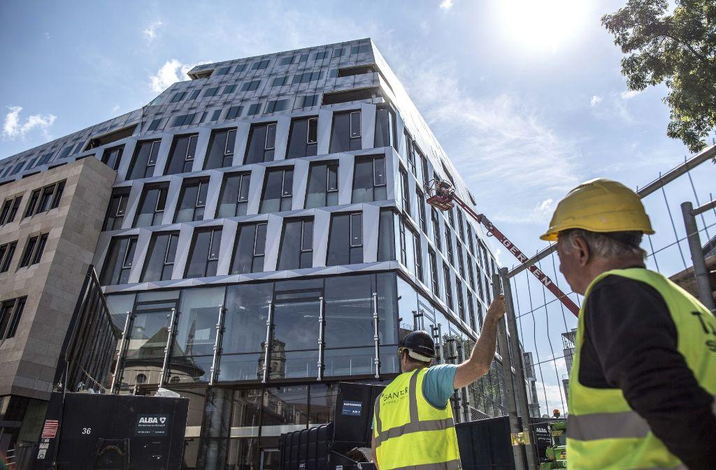 Letzte Handgriffe: Am Dienstag wird das Dorotheen-Quartier eröffnet. Foto: Lichtgut/Leif Piechowski
