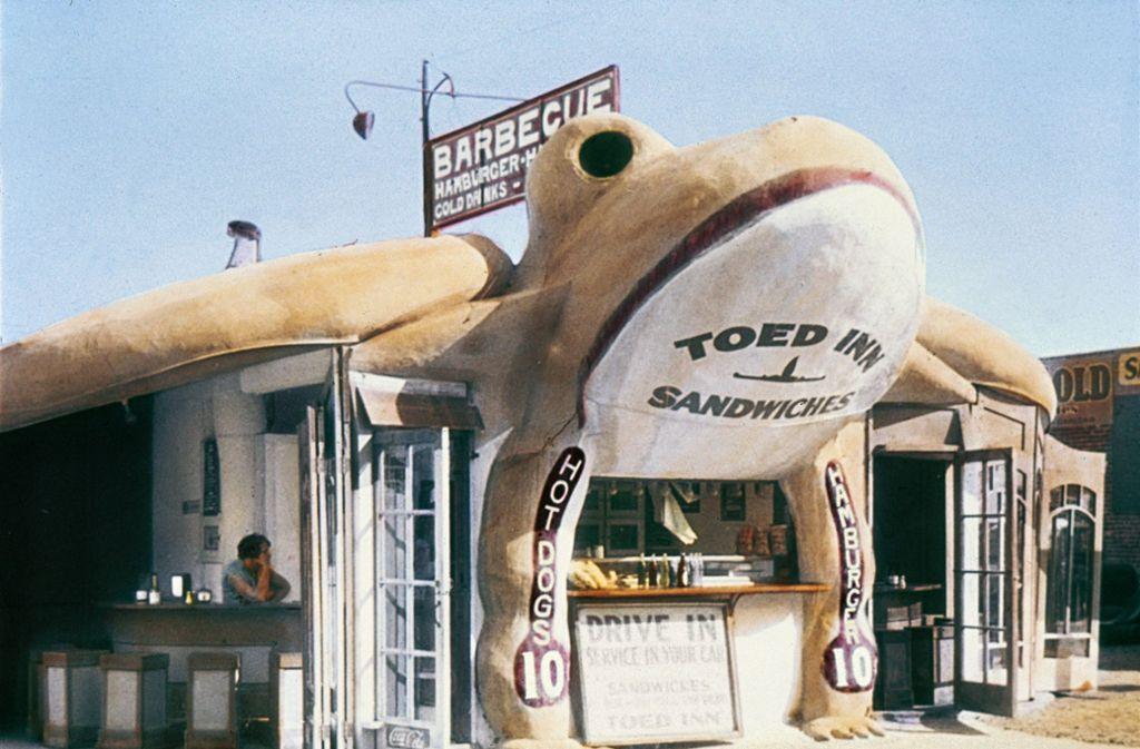 """Im """"Toed Inn"""" gab es Sandwiches, Hotdogs und Hamburger, keine Froschschenkel. Foto: Jim Heimann Collection/Courtesy TASCHEN"""