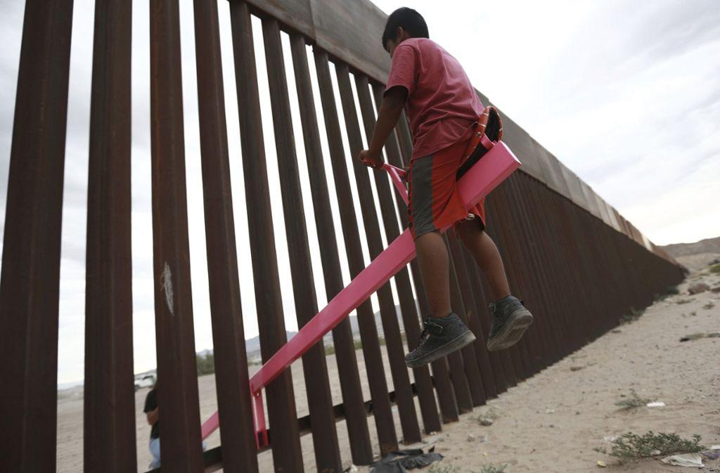 Trotz des Grenzzauns verbindet die Wippe Menschen auf der amerikanischen und mexikanischen Seite. Foto: dpa
