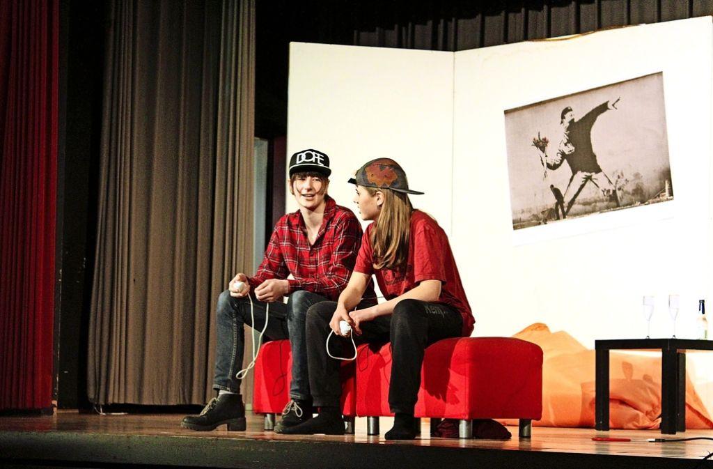 Auf der Bühne unterhalten sich die Schülerinnen über Cybermobbing. Foto: Petra Mostbacher-Dix