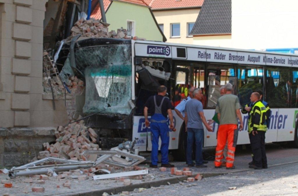 Bei einem schweren Unfall in Halberstadt im Harz ist ein Mensch getötet worden. Ein Linienbus hatte ein Haus gerammt. Foto: dpa-Zentralbild