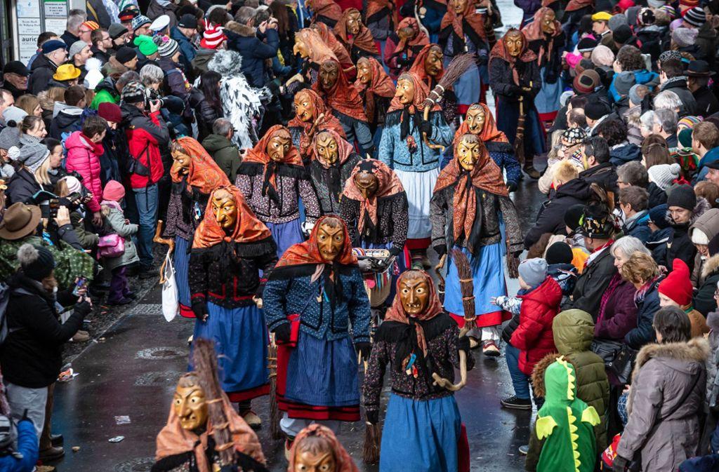 Hexen, so weit das Auge reicht – 10000 Narren zogen gestern beim großen Umzug durch die Cannstatter Altstadt Foto: Lichtgut/Julian Rettig