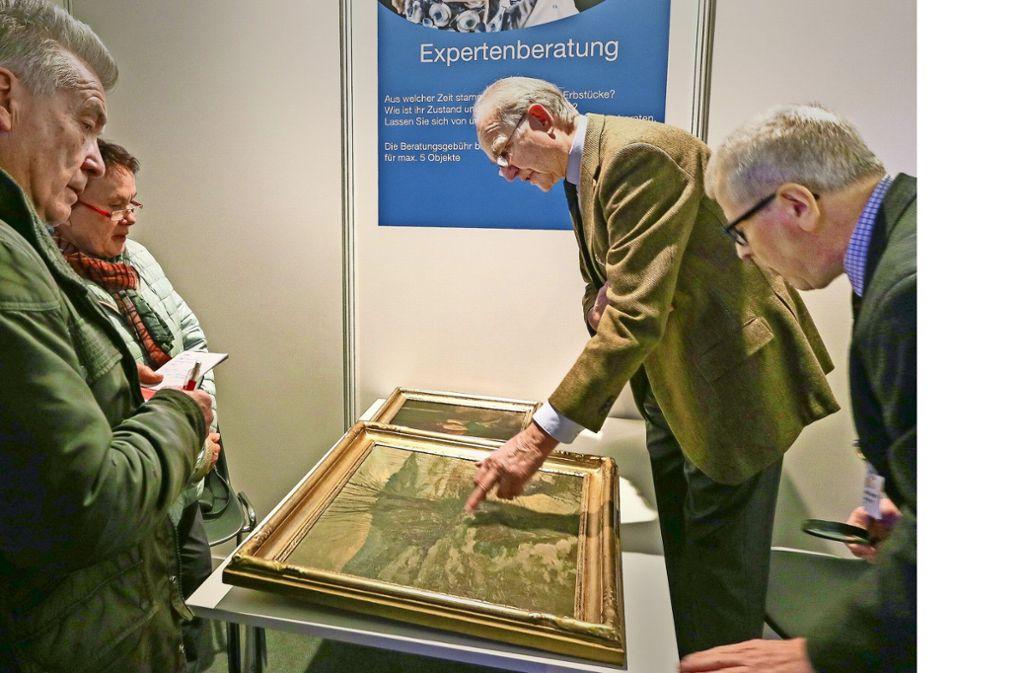 Gretel und Peter Becher aus Ehningen lassen ihr Gemälde von den Kunstsachverständigen Behrend Finke (Mitte) und Peter Atzig begutachten. Foto: factum/Granville