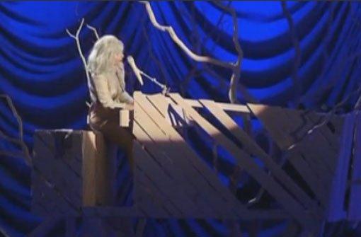 Lady Gaga spielt im Oben-ohne-Pulli