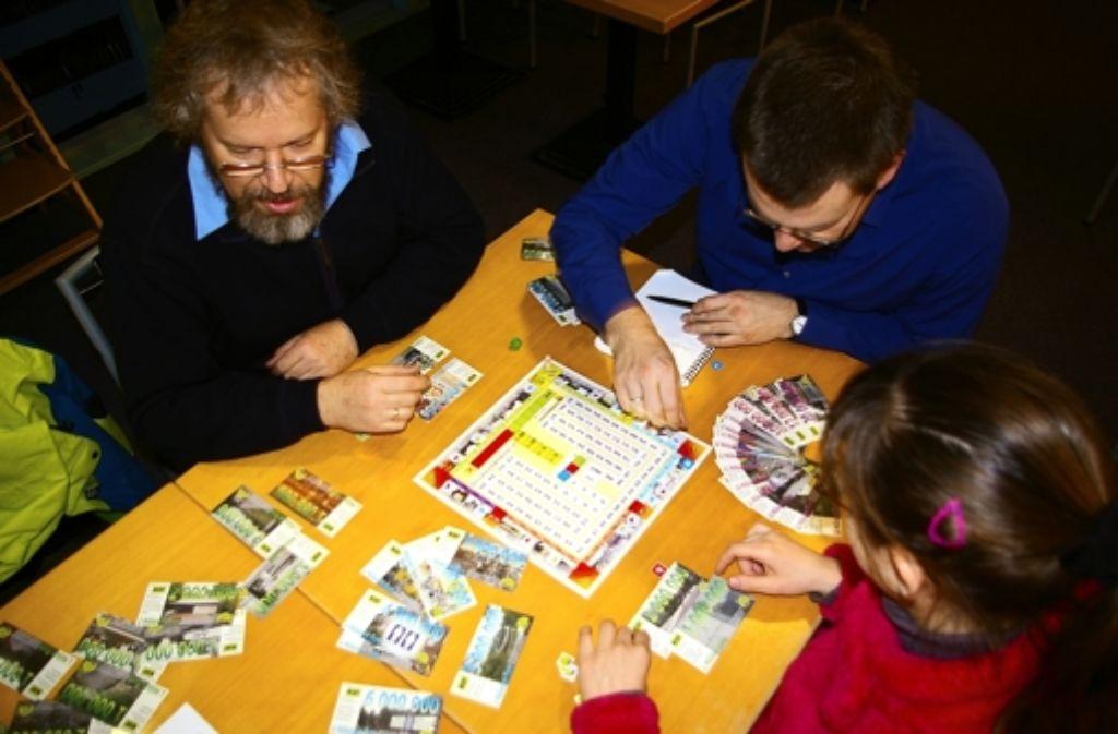 Im Spiel vertieft Jürgen Franke (links), Foto: Raymund/Kratz