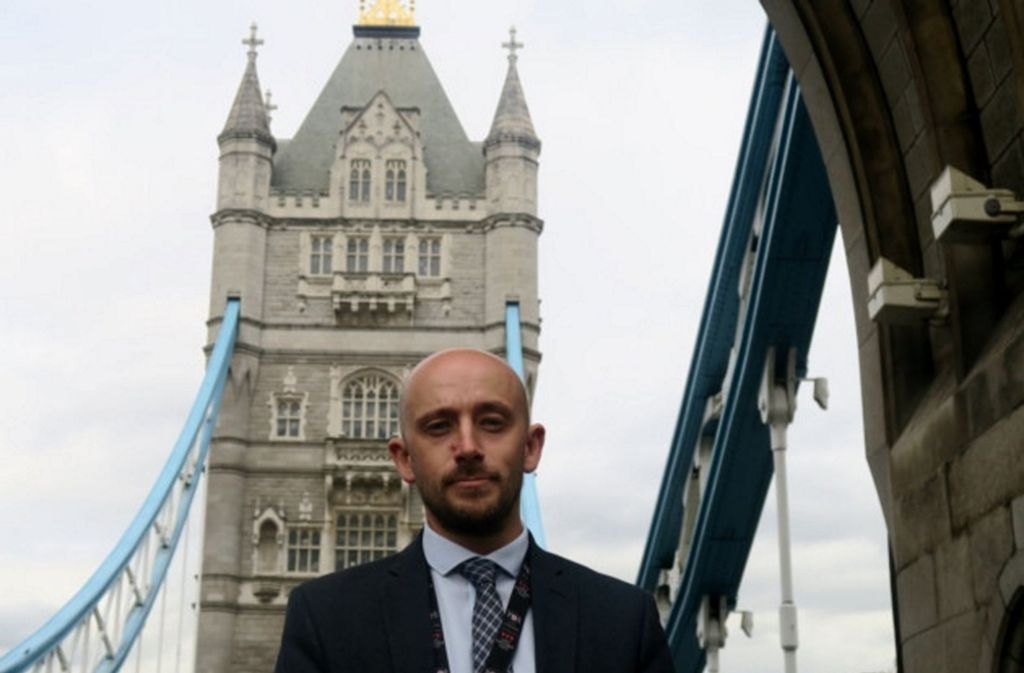 Die berühmteste Klappbrücke der Welt: Chris Earlie ist der Chef der Tower Bridge, die vor 125 Jahren eingeweiht wurde. Foto: itv.com/Mike Brooke