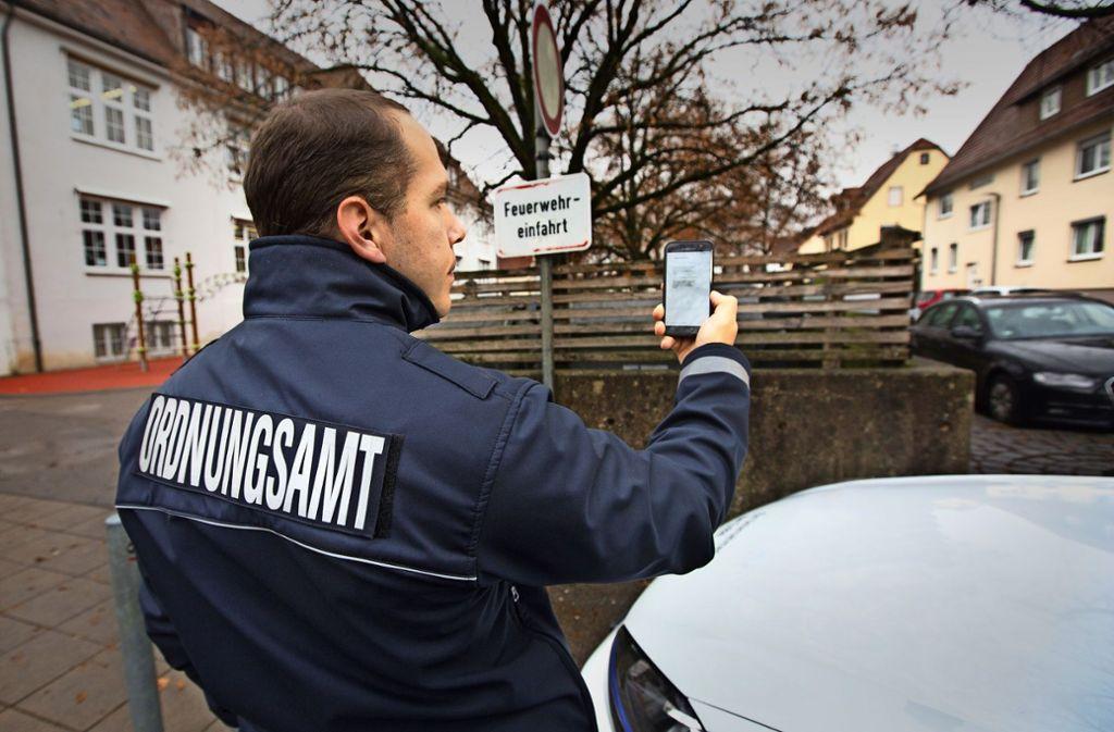 Das in der Feuerwehrzufahrt geparkte Auto ist Manuel Maier vom Wendlinger Ordnungsamt per SMS    gemeldet worden. Foto: Ines Rudel