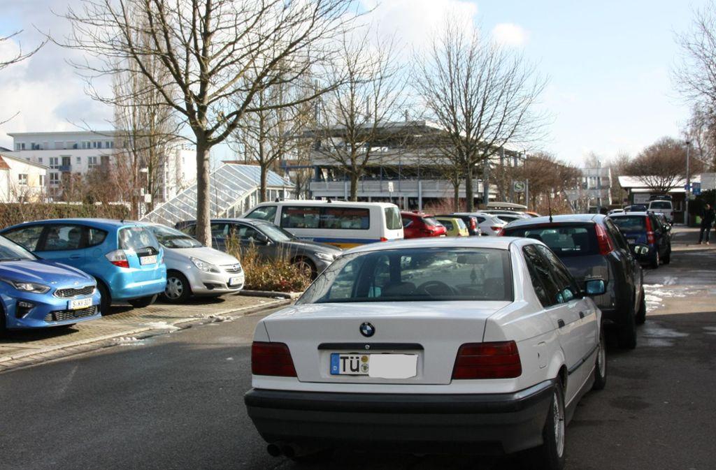 Mit einem Reifen auf dem Gehweg – so stellen viele Autofahrer nahe der Echterdinger S-Bahn-Station ihr Fahrzeug ab. Foto: Natalie Kanter