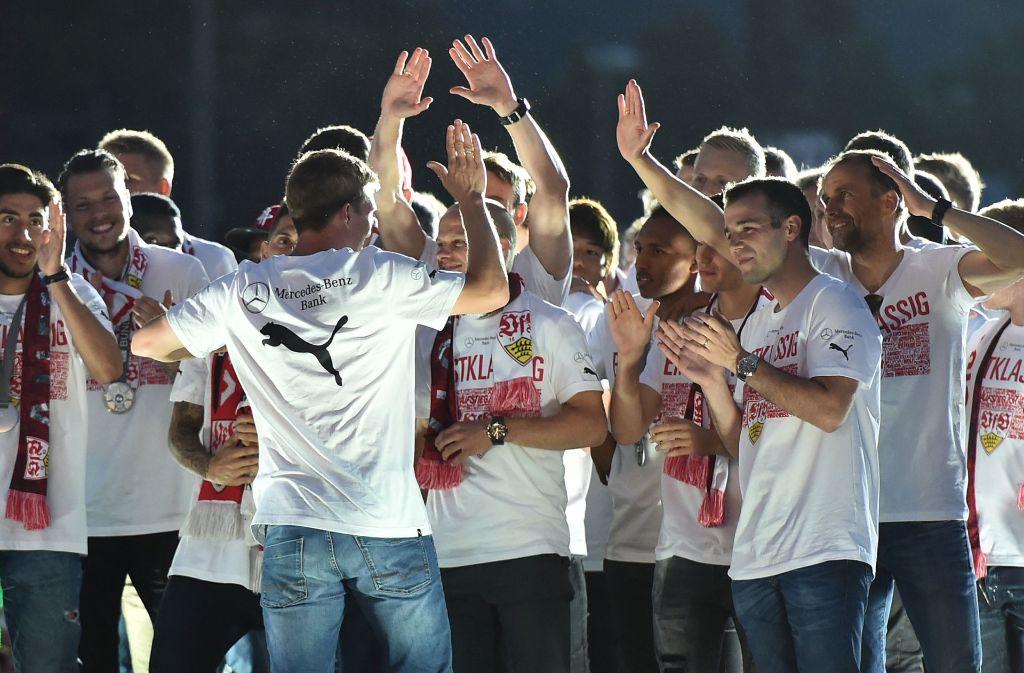 Der VfB Stuttgart wurde von den Fans gebührend empfangen. Foto: dpa