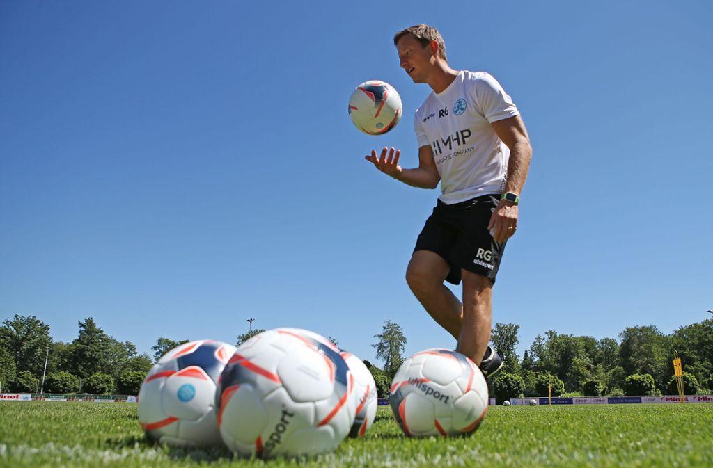 Mit viel Engagement bei den Kickers am Ball: Der neue Trainer Ramon Gehrmann. Foto: Baumann