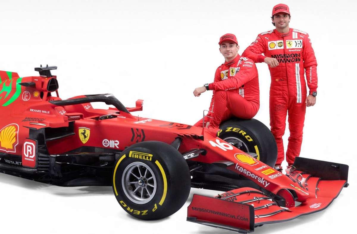 Ferrari hat nur noch rund die Hälfte seines Saisonetats zur Verfügung – die Gehälter der Fahrer Charles Leclerc (li.) und Carlos Sainz fallen aber nicht unter das Budgetlimit. Foto: AFP/HANDOUT