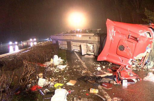 Tank-Lastwagen kracht in Leitplanke und kippt um - Autobahn lange gesperrt