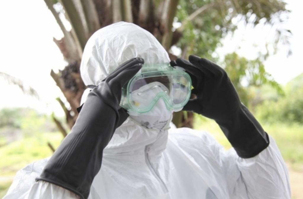 Eine liberianische Krankenschwester legt Ebola-Schutzkleidung an. Foto: DPA
