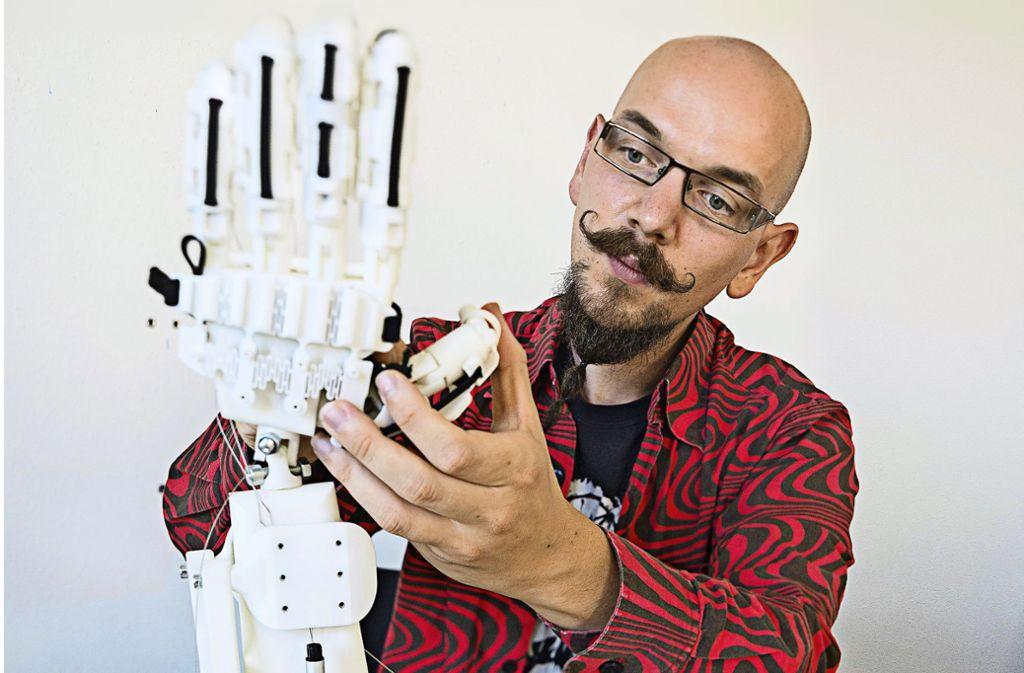 Bei diesem Hand- und Unterarmmodell haben sich Experten wie der Biomechatroniker  Jonathan Eckstein von der Uni Stuttgart von der Natur inspirieren lassen. Foto: Wolfram Scheible