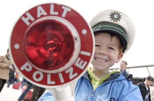 Junger Polizeifan darf im Streifenwagen mitfahren