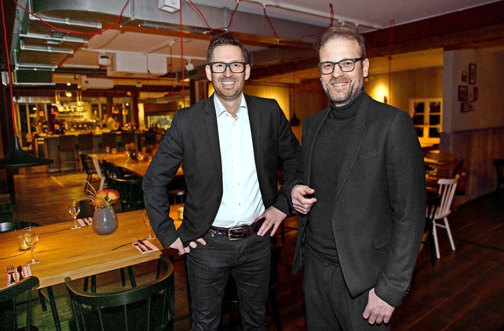 Christian List (rechts) – hier mit dem Roter-Hirsch-Partner Steffen Kauderer – will die Lücke auf dem Marktplatz schließen. Foto: Ines Rudel