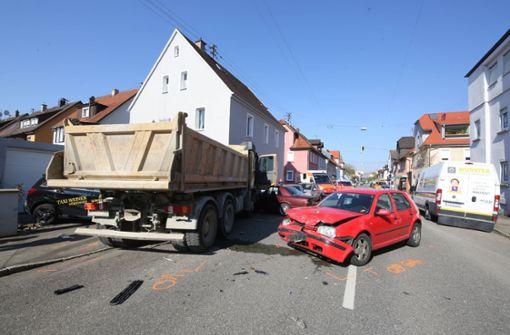 Nach Kontrollverlust – Lkw rammt Autos und Hauswand