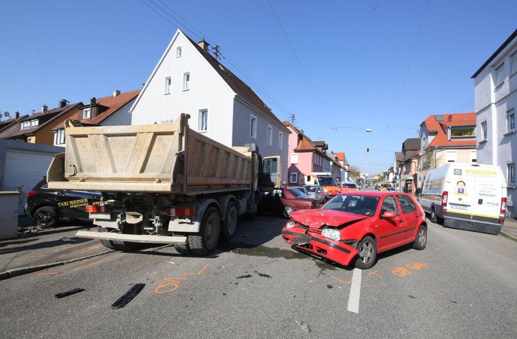 Der Lastwagen kam schließlich an einer Hauswand zum Stehen. Foto: 7aktuell.de/Daniel Jüptner