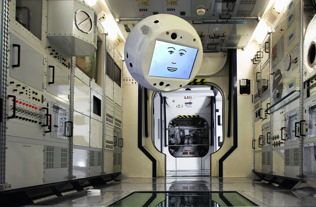 Die von Airbus zur Verfügung gestellte Fotomontage zeigt wie der Assistenzroboter Cimon durch die Internationale ISS fliegen könnte. Foto: Airbus/dpa