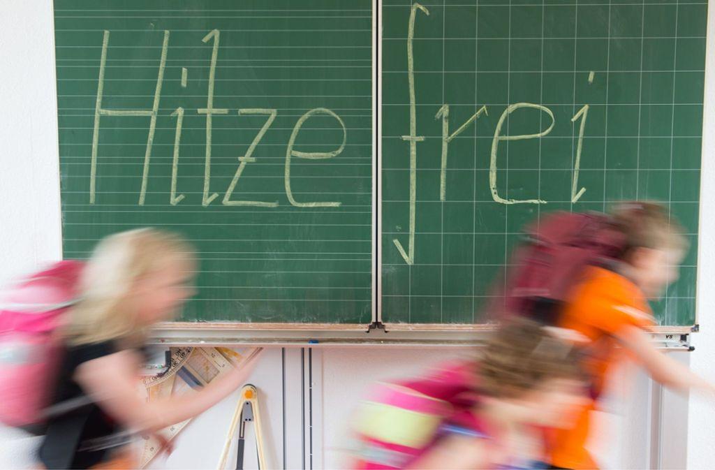 Schüler können auf Hitzefrei hoffen. Doch bei ihren berufstätigen Eltern sieht es anders aus. Foto: dpa