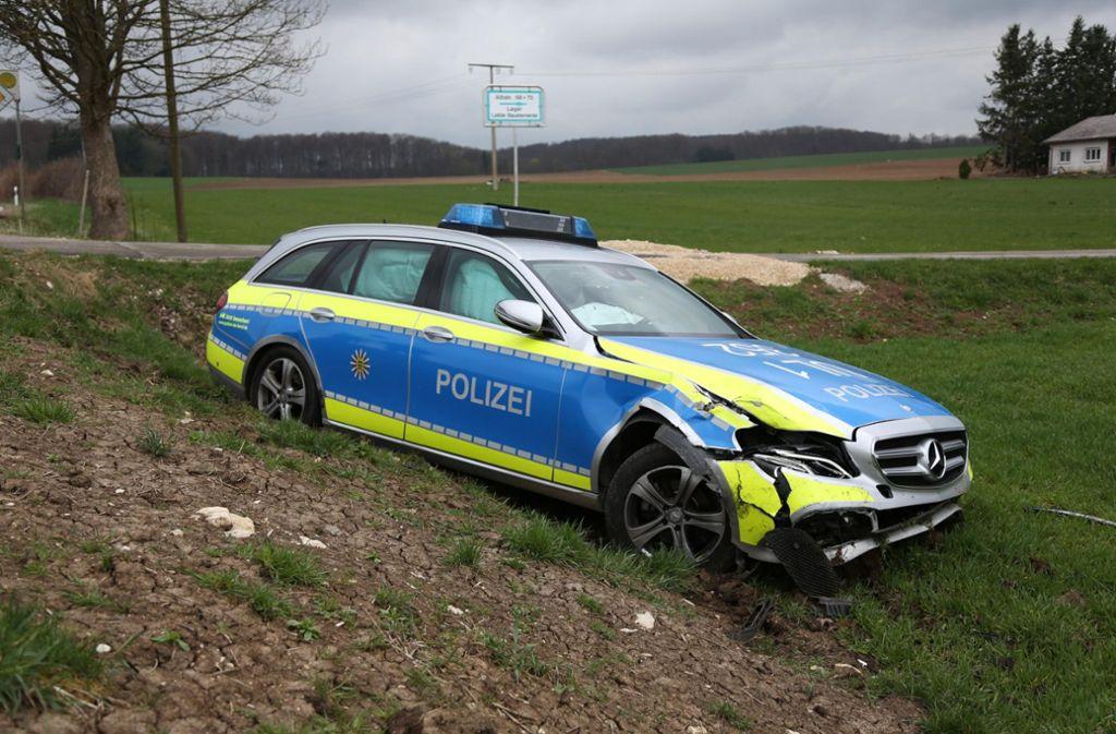 Durch die Wucht des Aufpralls landete das Polizeiauto in einem Feld. Foto: 7aktuell.de/Christina Zambito