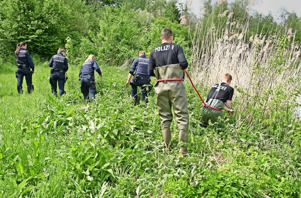 Nach einer Bluttat sucht  die Polizei im Mai 2017 an einem  See bei Erbach  nach Spuren. Foto: Polizei Ulm/dpa