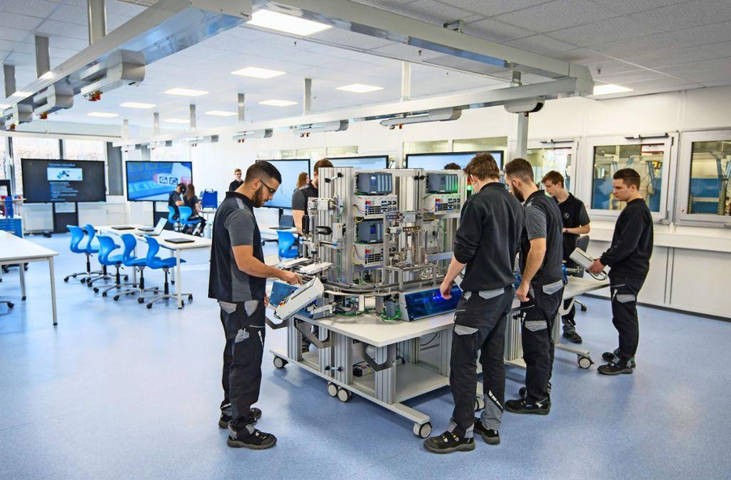 Das Industrie 4.0-Labor im Daimler-Ausbildungszentrum Esslingen-Brühl bereitet die Azubis auf die digitalen Anforderungen vor. Foto: MediaPortal Daimler AG