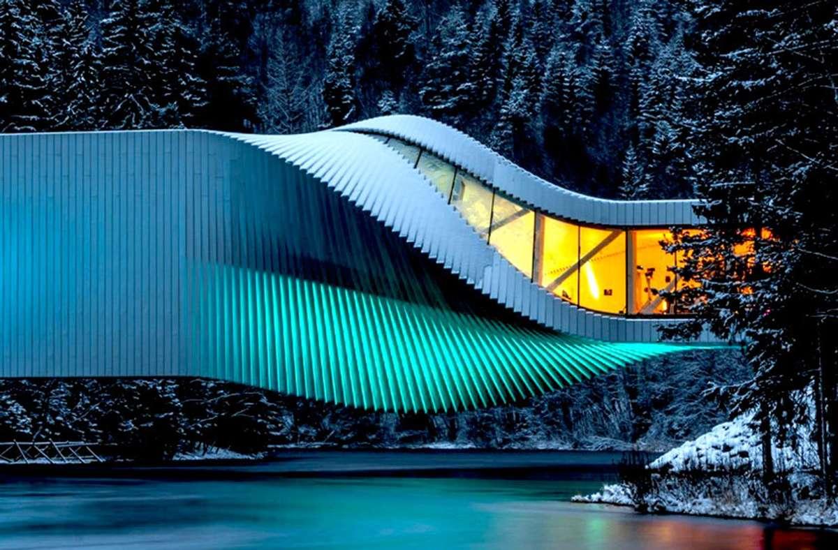 The Twist nennen BIG diesen  Museumsneubau in einem norwegischen Skulpturenpark,  2019  eröffnet.  Das mit Aluminiumblech verkleidete Kistefos Museum, so der offizielle Name, wird selbst zur Skulptur, indem es sich  gymnastisch um die eigene Achse dreht und einen Fluss überbrückt. Foto: Kim Erlandsen