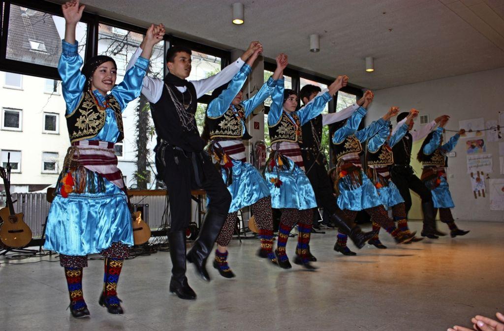 In traditionellen Kostümen zeigen Jugendliche Volkstänze. Foto: Annina Baur