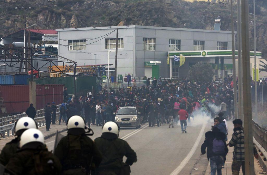 Die Polizei setzt Tränengas gegen protestierende Flüchtlinge auf Lesbos ein. Foto: dpa/Manolis Lagoutaris