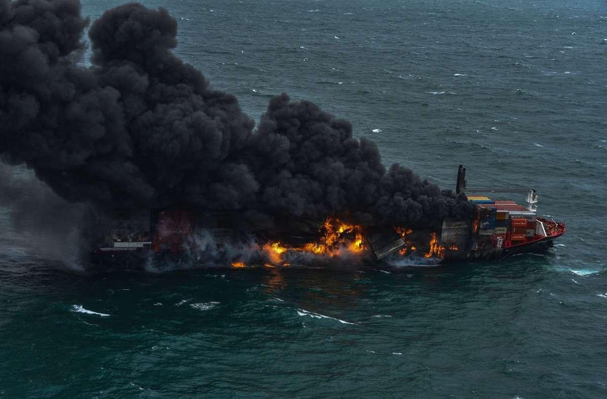 Am 25. Mai, Tage nach dem Ausbruch des Feuers  auf einem Containerschiff vor Sri Lanka, tobten die Flammen noch immer. Foto: SRI LANKA AIR FORCE / AFP