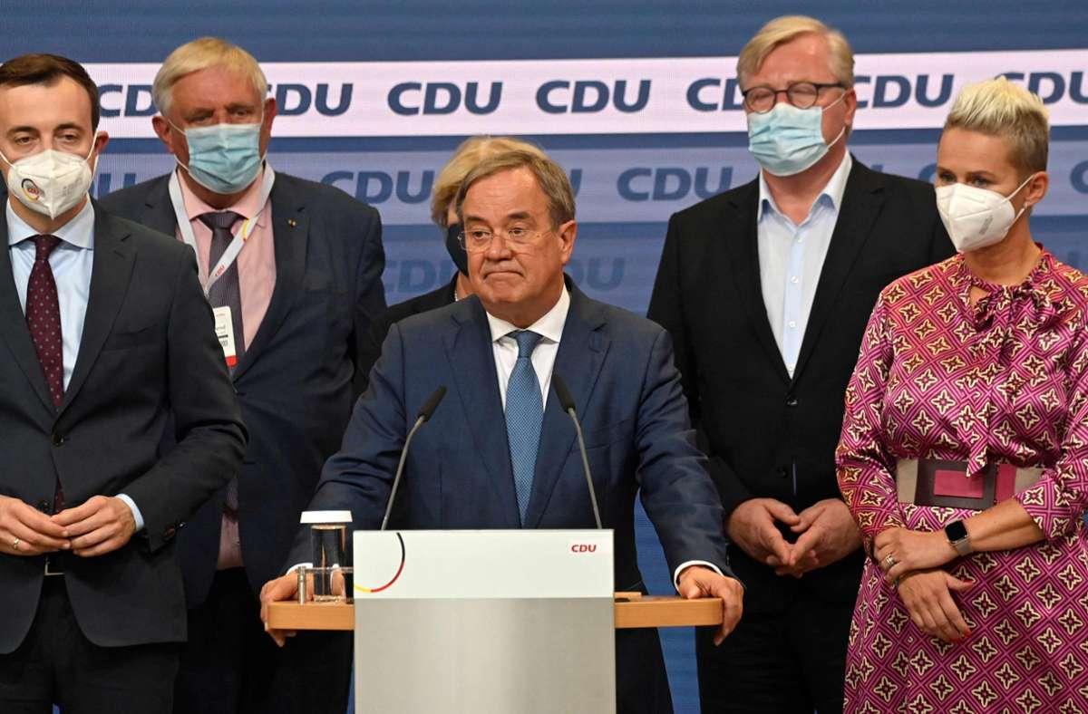Armin Laschet steht nach den ersten Hochrechnungen vor der Kamera. An seiner linken Seite: Silvia Breher. Foto: AFP/JOHN MACDOUGALL