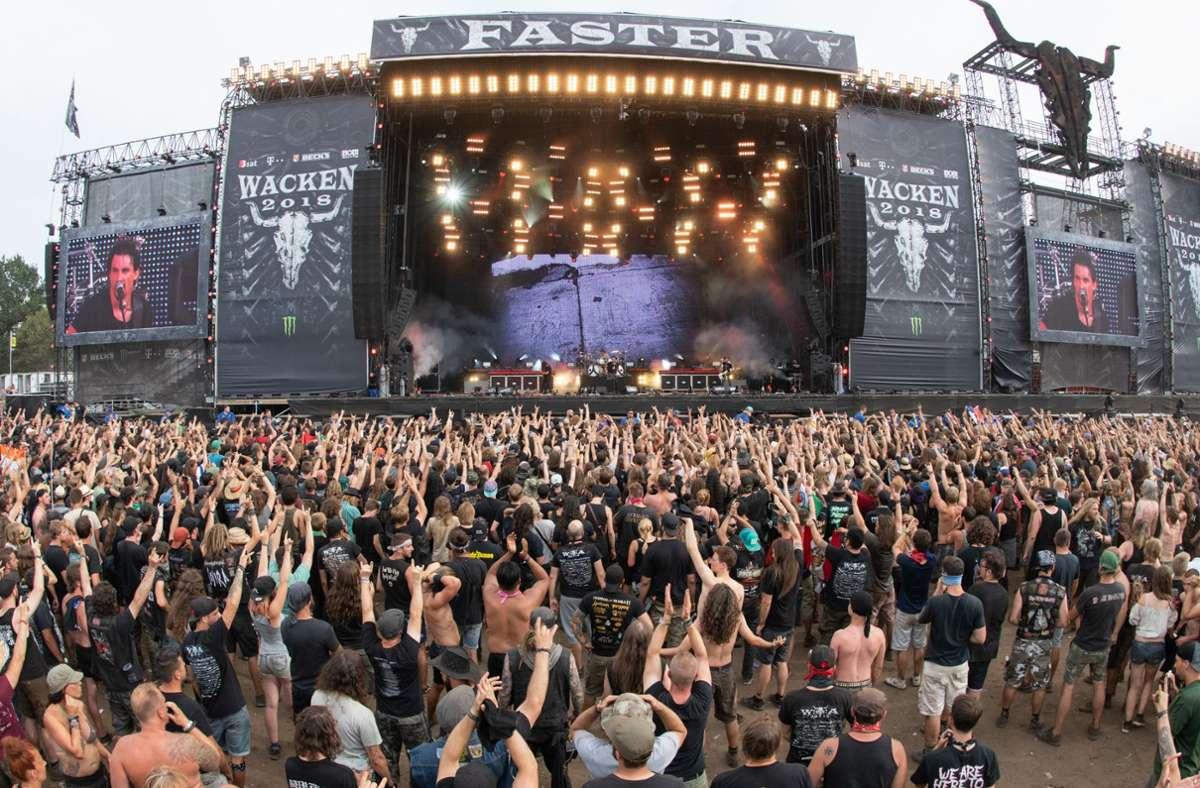 So kennt man Wacken: große Bühne, laute Band, ekstatische Fans. Nun kommt eine kleinere Variante. Foto: dpa/Daniel Reinhardt