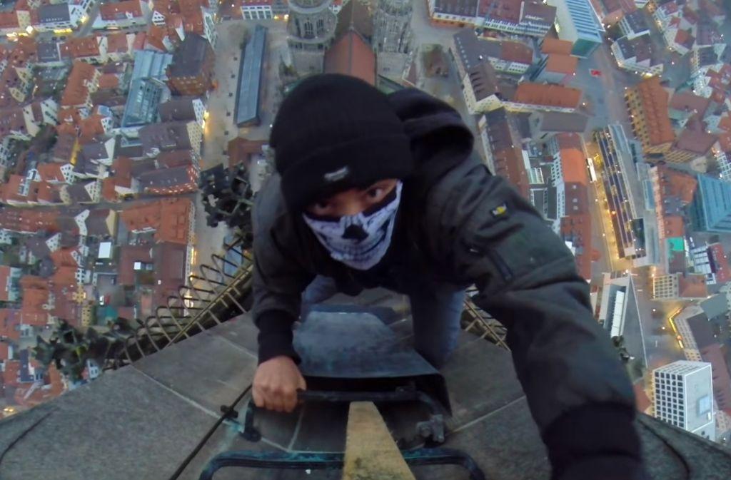 """Gefährlich: Ungesichert erklomm der Kletterer den Münsterturm in Ulm. Foto: Screenshot """"Grave Yard Kidz"""""""