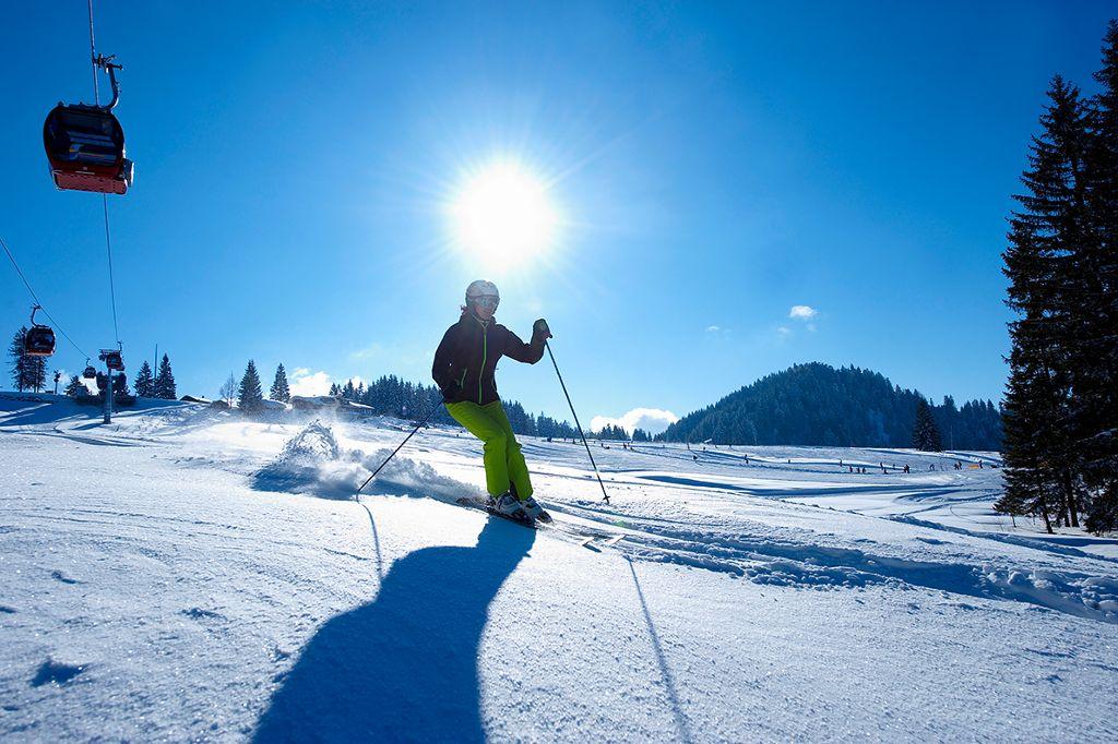 Familien, Genuss-Skifahrer und Wiedereinsteiger kommen in den vier Skigebieten voll auf ihre Kosten.  Foto: Oberstaufen Tourismus