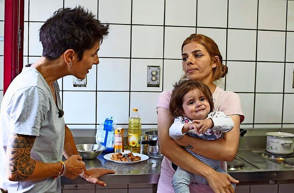 Dunja Hayali trifft in Zirndorf eine irakische Flüchtlingsfamilie. Foto: ZDF