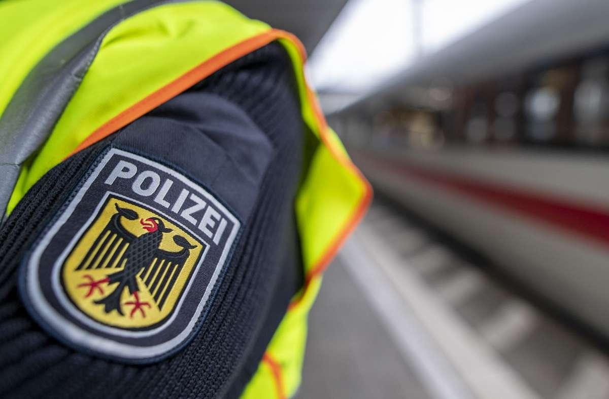 Ein Bundespolizist wurde bei dem Vorfall in Plochingen am Unterarm verletzt. Foto: dpa/Patrick Seeger