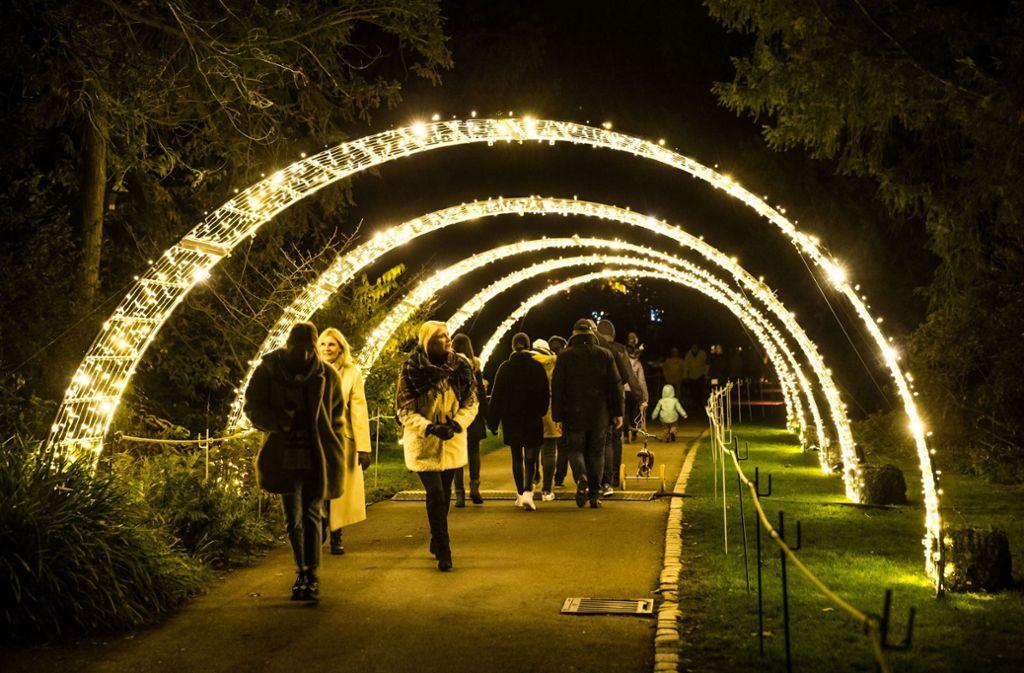 Stadt-Vips spazieren durch den Lichterbogen. Foto: Lichtgut/Julian Rettig