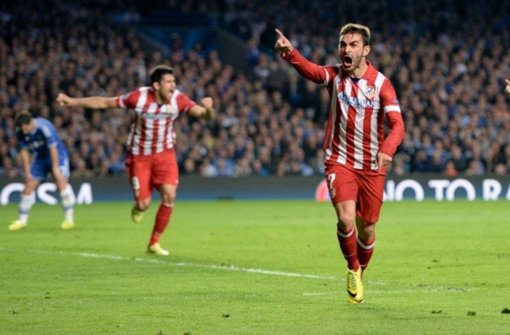 Adrian Lopez (Mitte) hat Grund zum Jubeln. Der große Außenseiter Atlético entzauberte am Mittwochabend beim 3:1 den FC Chelsea. Foto: EPA