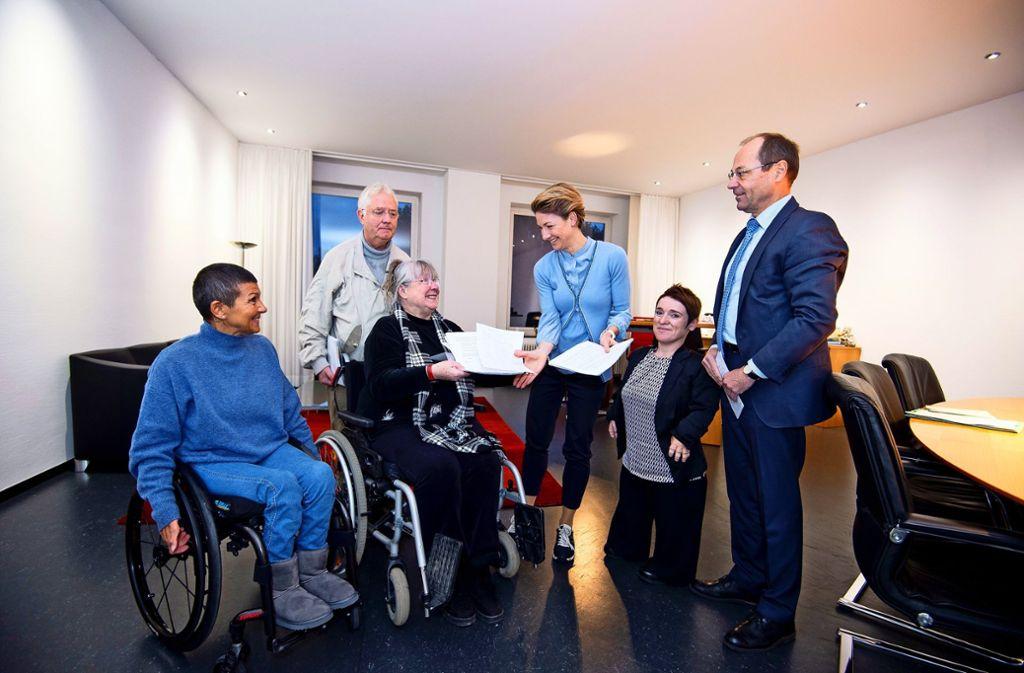 Alexandra Sußmann nimmt die Listen  von Gundi Liebehenschel entgegen. Foto: Lg/Piechowski