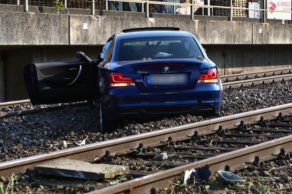 Einen filmreifen Unfall hat ein 25-Jähriger in Fellbach verursacht. Der Mann war zu schnell und betrunken unterwegs und fuhr mit seinem BMW durch einen Zaun geradewegs auf die Gleise der Bahn. Foto: Benjamin Beytekin